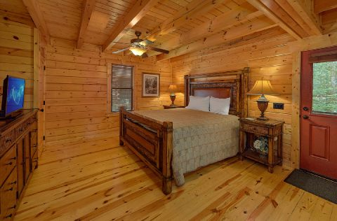 Master Suite Main Floor Bedroom - Noah's Getaway