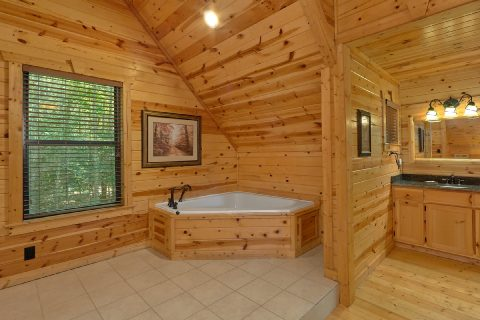 Jacuzzi Tub Master Suite 2 Bedroom Cabin - Noah's Getaway