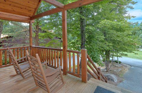 2 Bedroom Cabin Sleeps 5 with Rocking Chairs - Noah's Getaway