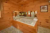 Rustic 3 bedroom cabin with Jacuzzi tub