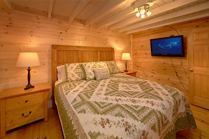 Cabin with King Bedroom and Private Bathroom - On the Creek