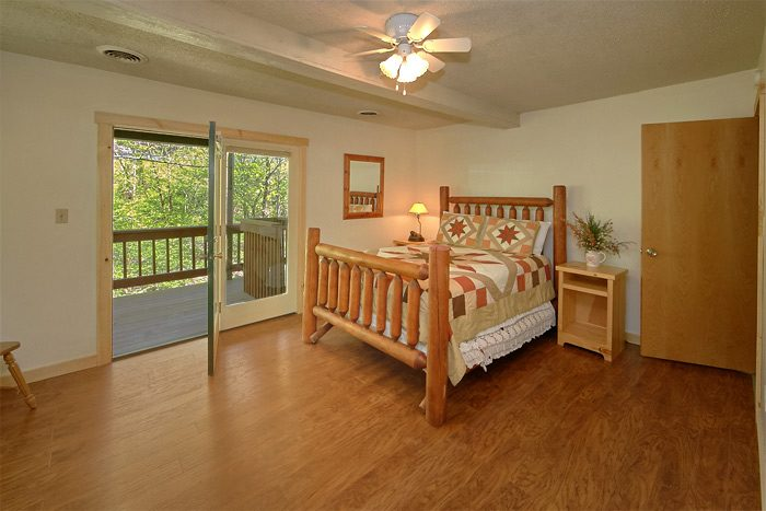 Cabin with Queen bed and Private Deck Access - On the Creek