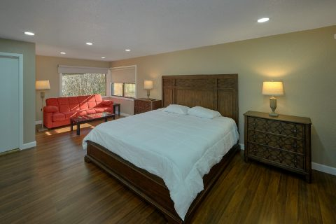 King Bedroom with Flatscreen TV Sleeps 18 - Parkway Hillside Villa