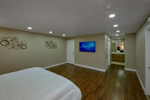 Master Bedroom with King Bed and Flatscreen TV - Parkway Hillside Villa