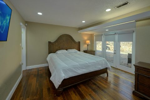 King Bedroom with Flatscreen TV - Parkway Hillside Villa