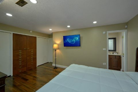 Spacious King Bedroom with Flatscreen TV - Parkway Hillside Villa