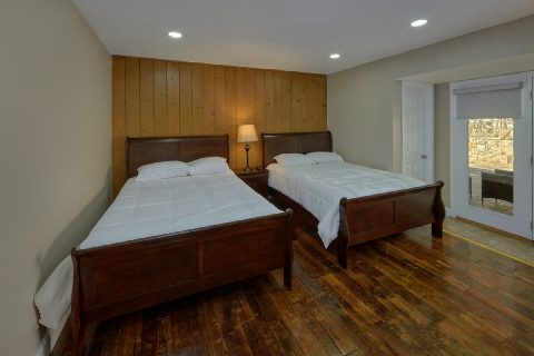 2 Full Beds with Flatscreen TV Sleeps 18 - Parkway Hillside Villa