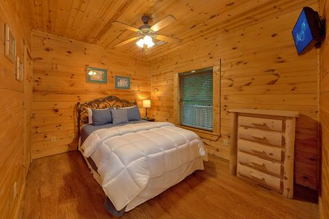 Queeb Bedroom in Cabin - Paws A While