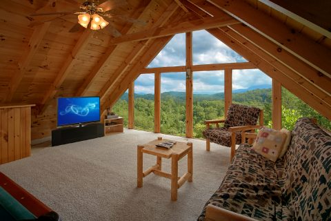 Honeymoon Cabin with Loft Game Room - Peek A View