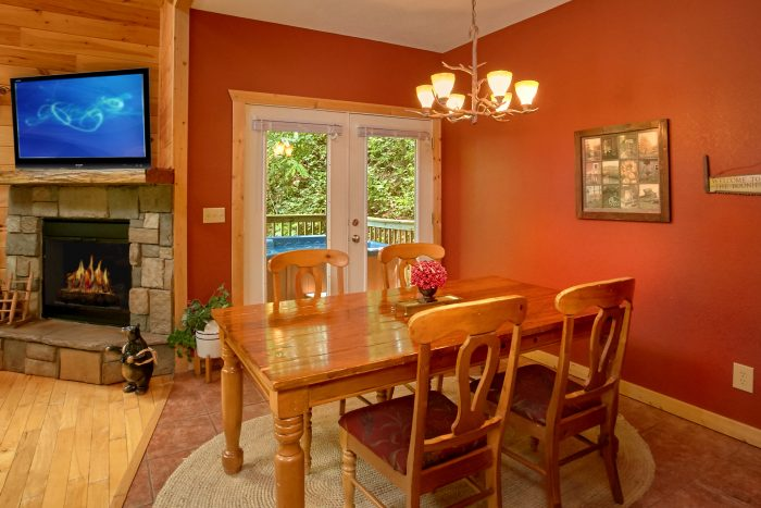 Pigeon Forge Cabin with Dining Table seats 4 - Pigeon Forge Hideaway