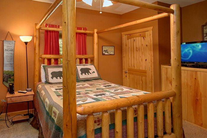 Queen Bedroom with Flatscreen TV - Pigeon Forge Hideaway