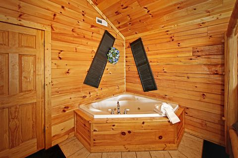 Jacuzzi in King Bedroom Suite - Poolside Cabin
