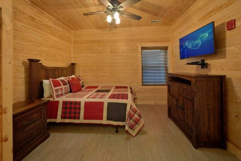 7 Bedroom cabin with 4 Queen bedrooms and baths - Poolside Lodge