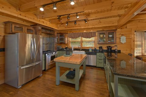 Spacious 6 Bedroom 5.5 Bath Cabin Sleeps 26 - Quiet Oak