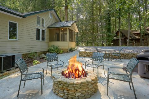 Spacious Cabin in Gatlinburg with Fire Pit - Quiet Time