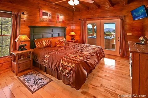 Spacious King Bedroom Connecting to Deck - Beckham's Bungalow