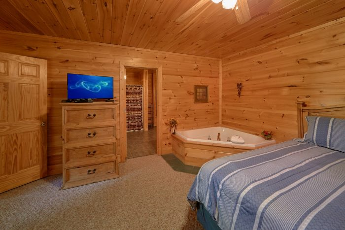 Private Queen Bedroom with Jacuzzi Tub - Radiant Ridge