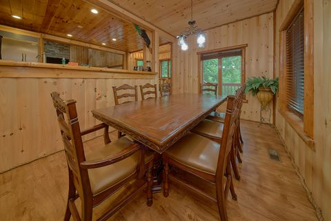 Family Style Dining Room in 6 bedroom cabin - River Adventure Lodge