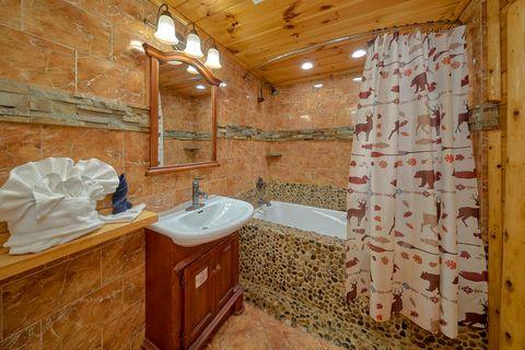 Luxurious Master Bathroom in 6 bedroom cabin - River Adventure Lodge