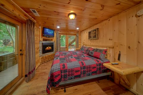 Master Suite with Fireplace in 6 bedroom cabin - River Adventure Lodge