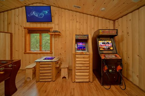 Luxury cabin on the river with Arcade Game Room - River Adventure Lodge
