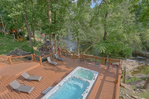 Luxurious cabin on the river with 2 hot tubs - River Adventure Lodge