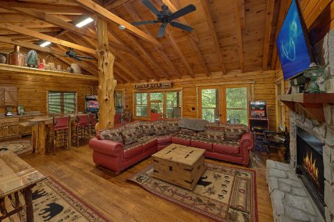 Luxury 2 bedroom cabin with fireplace and TV - River Edge
