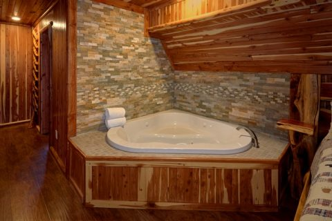 Cabin with Master Suite and Private Jacuzzi - River Mist Lodge