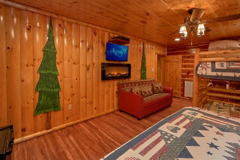 Cabin with sleeper sofa and Fireplace in bedroom - River Paradise