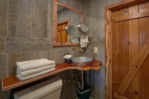 Luxurious Master Bathroom in cabin on river - River Pleasures