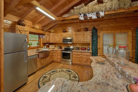 Luxury Cabin with full Kitchen and Bar Seating - River Retreat