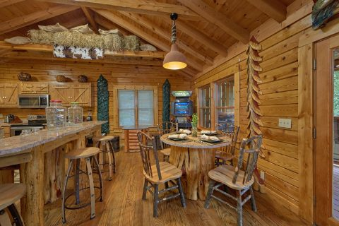 Custom Dining Area with seating for 6 in Cabin - River Retreat