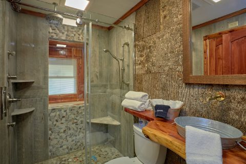 Luxurious Bathroom in 2 Bedroom Cabin - River Retreat