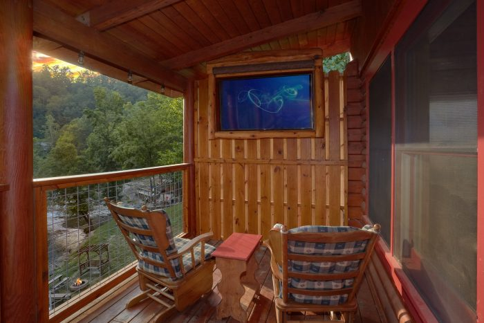 2 Bedroom Cabin with TV on Deck and Hot Tub - River Retreat