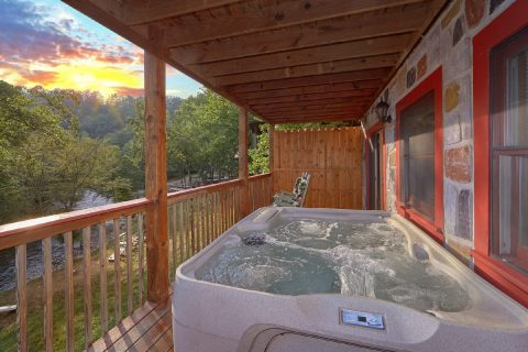 Cabin with Hot Tub overlooking the River - River Retreat