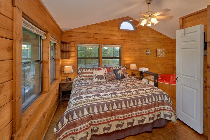 Honeymoon Cabin with King bed and Jacuzzi Tub - River Rush
