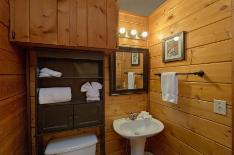 Full bathroom in Honeymoon cabin on the river - River Rush