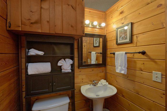 Full bathroom in Honeymoon cabin on the river - River Rush