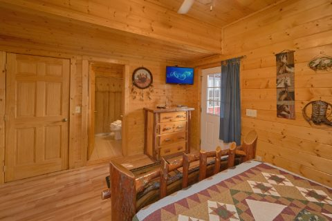Private queen bedroom with Bath in luxury cabin - Rocky Top Lodge