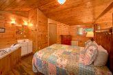 Rustic 2 Bedroom cabin with Queen bed & jacuzzi