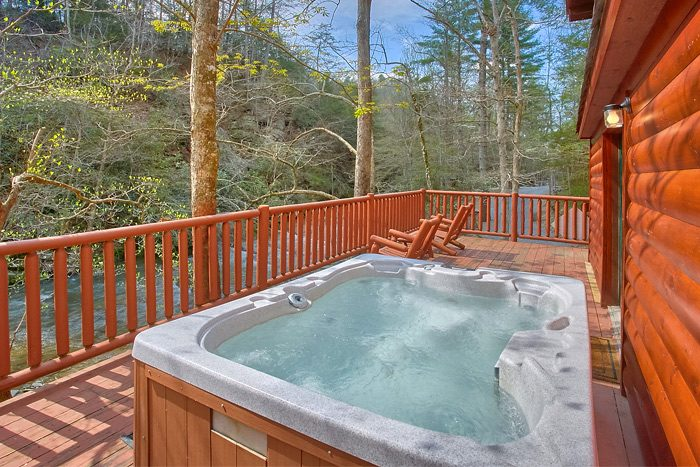 Cabin beside the Creek with a Hot Tub - Rolling Creek