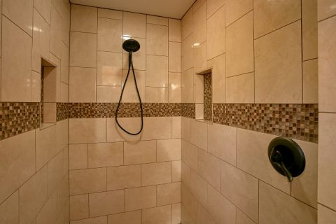 Honeymoon Cabin with Luxurious Shower - Romantic Evenings