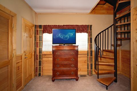 Pigeon Forge Cabin with two Levels - Royal Romance