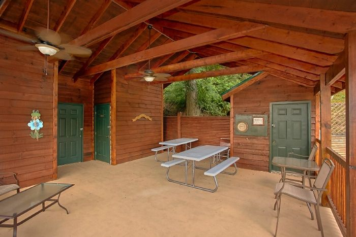 1 Bedroom Cabin with Resort Pool and Picnic Area - Royal Romance