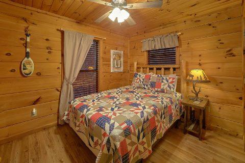 Private queen bedroom in Gatlinburg Cabin - Running Creek