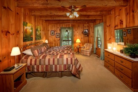 Luxurious Master King Suite in Cabin Rental - Serenity Ridge