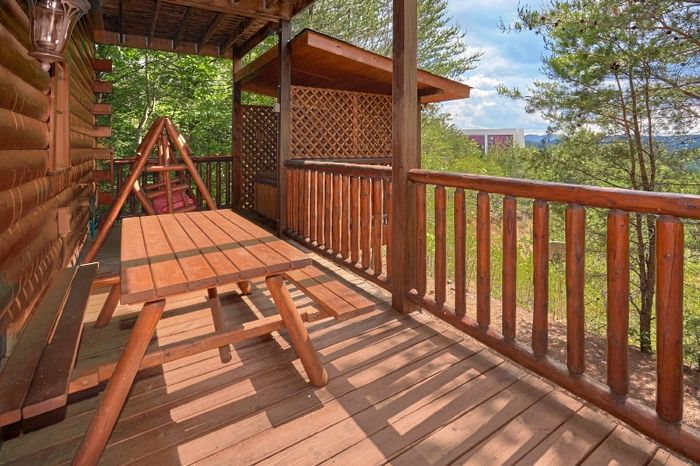 Cabin with PIcnic Table, deck and Hot Tub - Simply Irresistible