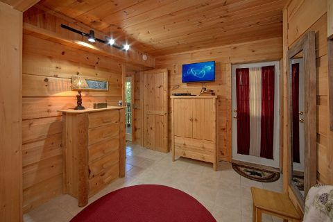 Large Master Bedroom Flat Screen TV - Skiing With The Bears