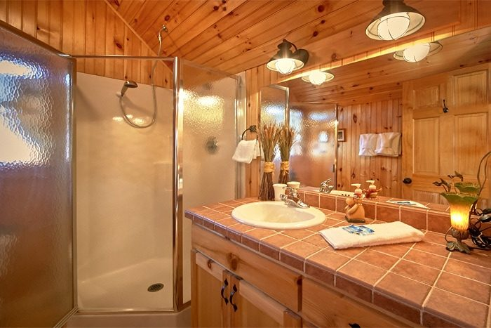 One Bedroom Cabin with 2 full baths - Sky High Hobby Cabin
