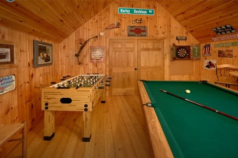 Honeymoon Cabin with Game Room and Pool Table - Sky High Hobby Cabin